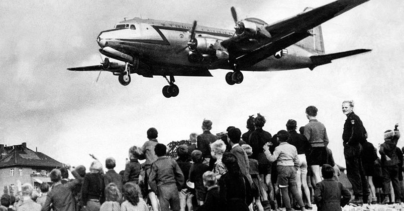 Берлинцы наблюдают за посадкой американского транспортного самолета / Фото: dw.com