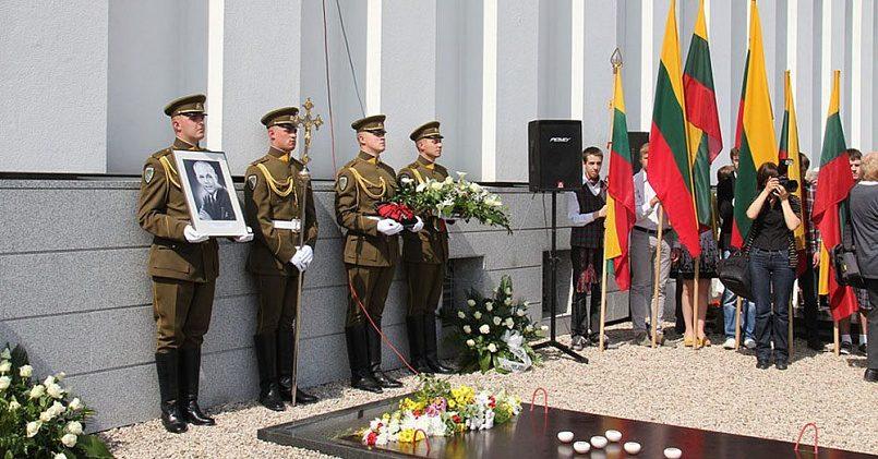 Почетное перезахоронение нацистского коллаборациониста Юозаса Амбразявичюса / Фото: alkas.lt