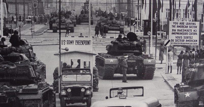Противостояние советских и американских танков возле КПП «Чарли» / Фото:bboeton.files.wordpress.com