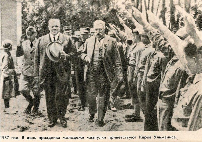 В день праздника молодежи мазпулки приветствуют Карла Ульманиса, 1937 г. / Фото: darbabalss.eu