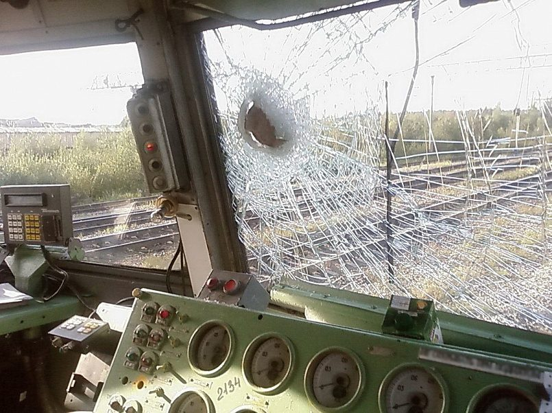 Разбитое булыжником окно поезда / Фото: pikabu.ru