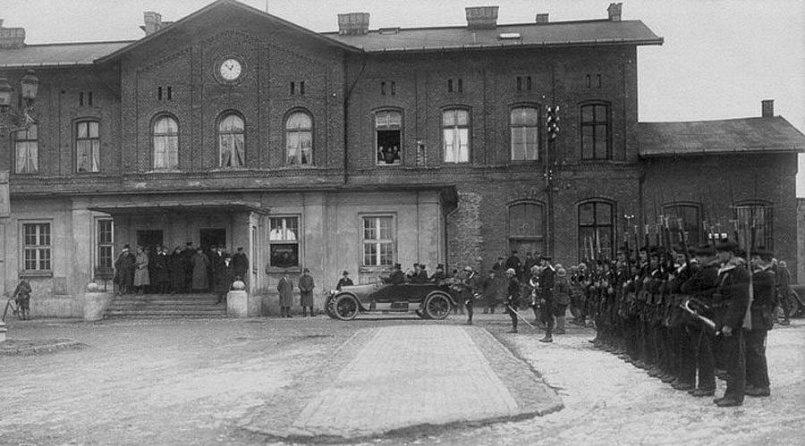 Французские моряки строятся перед городской ратушей Мемеля. 1923 год.