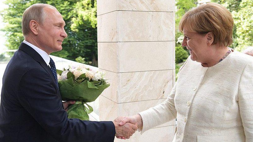 Путин подарил Меркель цветы / Фото: RT